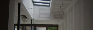 Nieuwe achterbouw (met lichtstraat) van een meesterwoning, afgewerkt met gyproc op afwerkingsniveau Q2.