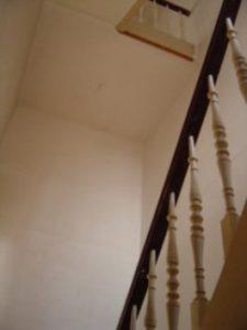 Nieuw gepleisterde muren na renovatie van en oude traphal.