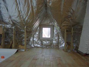 Zolderkamer met schuin dak en dakkapel geïsoleerd met spijkerflensdeken, klaar om af te werken met gyproc.