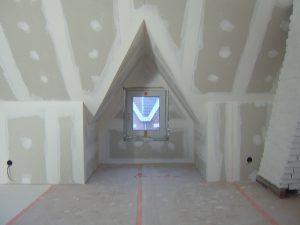 Geïsoleerde zolder met een dakkapel, afgewerkt in gyproc op afwerkingsniveau Q2.