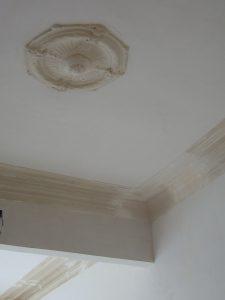 Volledig gerestaureerd oud plafond met mouluren en rosace in een burgerwoning.