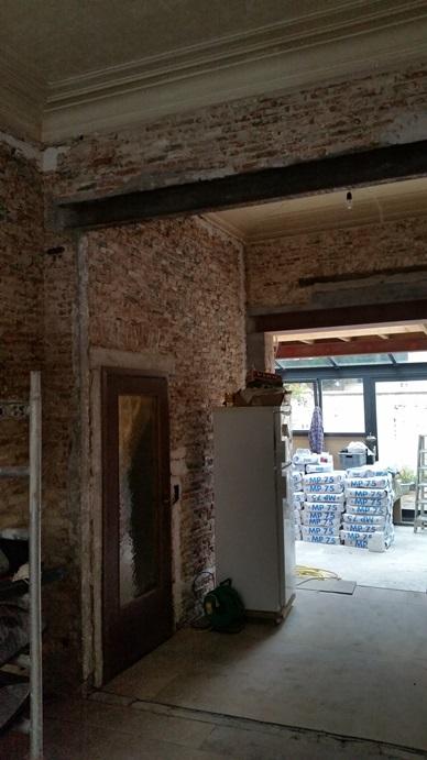 Bezettingswerken in een oud woonhuis for Behang voor slechte muren