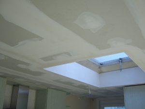 Keukenplafond met lichtkoepel werd opnieuw afgewerkt met gyproc na waterschade.