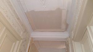 Antiek plafond met mouluren gerstaureerd nadat er een stuk was uitgvallen.