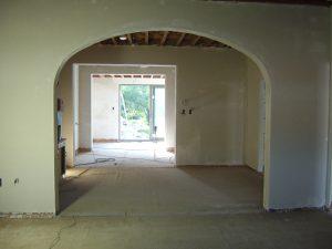 Een korfboog in een oude woning, opnieuw afgewerkt met pleisterwerk tijdens een renovatie.