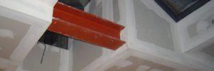 Detailfoto van een gyprocplafond in verschillende niveau's.