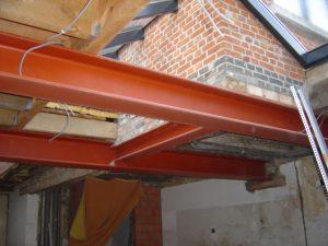 Plafond met poutrels in een verbouwing dat klaar staat om af te werken met gyproc.