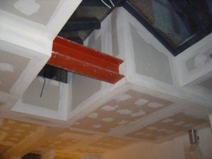 Plafond in gyproc, afgewerkt in verschillende niveau's.