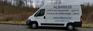 De witte camionetee van albarius: bepleistering - gyproc - mouluren. Telefoon: 03 239 07 04, mail: info@albarius.be.