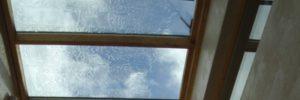 Plafonneren van een verbouwingsproject met een glazen dak.