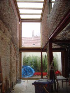 Verbouwingsproject met slechte oude muren staat klaar om te plafonneren.
