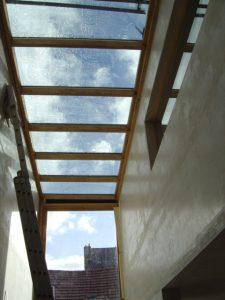 Verbouwingsproject met slechte muren en en glazen dak volledige terug geplafonneerd.