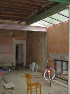 Ruwbouw tijdens verbouwingswerken waar gyproc geplaatst gaat worden tegen het plafond.
