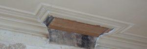 Restant van een moulure op het plafond nadat de schouw is afgebroken.