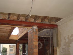 Bel-etage woning tijdens een renovatie staat klaar om te bepleisteren en gyproc te plaatsen.