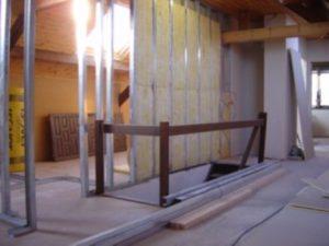 Opbouw van metalstud latwerk met daarin isolatie in glasvezelpanelen