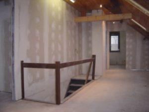 Wanden opgebouwd uit metalstud en afgewerkt met gipskarton op een zolder.