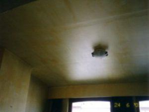 Geschilderd gyprocplafond waar de voegen nog zichtbaar zijn.