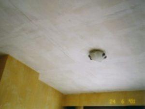 Een geschilderd gyprocplafond dat volledig terug werd uitgeplamuurd omdat de voegen nog zichtbaar waren.