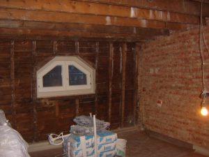 Alle oude bepleistering van muren en plafonds zijn verwijderd in deze oude mansardekamer. Alles staat klaar om terug te pleisteren en het plafond af te werken met gyproc.