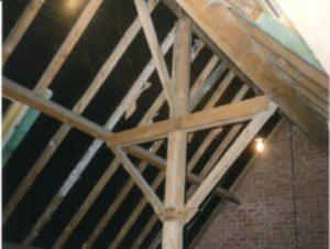 Gebinte van schuin dak, later nog af te werken met isolatie, dampscherm en gyproc.