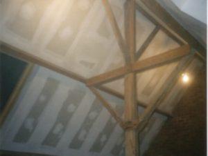 Een schuin dak, afgewerkt met isolatie, dampscherm en gyproc.
