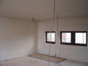 Pas geplafoneerde woninguitbreiding die werd toegevoegd op het platte dak.