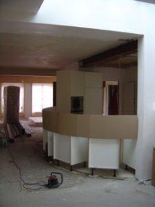¨Plaats waar een rond gebogen gywprocwand geplaatst gaat worden, rondom reeds geplaatste kastjes.