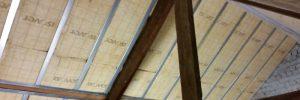 Isolatie tegen het schuine dak van een zolder. De isolatie is 20 centimeter dik.