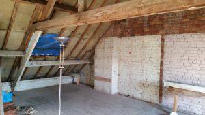 Schuin dak zonder isolatie van een oude zolder.