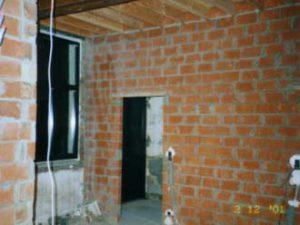 Muren in een renovatie die klaar staan om te pleisteren.
