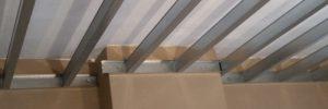 Metalstud latwerk voor plafond. Profielen van 100 geplaatst.