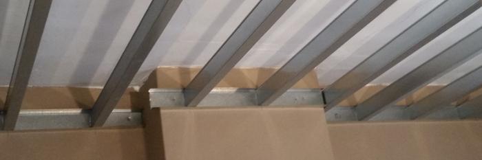 Deze slaapkamer onder het platte dak werd volledig gerenoveerd ...