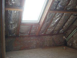Zolderkamer met isolatie in het schuine dak, staat klaar om af te werken met gyproc.