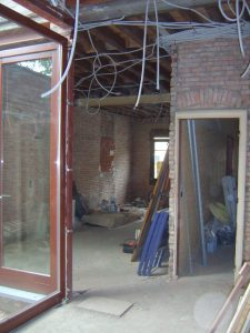 Verbouwing van een oud burgershuis, binnenzicht op de ruwbouw in de leefkamer en de keuken na de afbraakwerken.