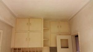 Muren en plafond van een keuken zijn opnieuw gepleisterd tijdens de renovatie.
