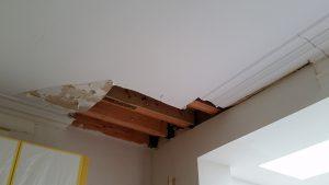 Plafond met schade door huiszwam: nieuwe balken gestoken.