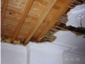 Oud plafond met mouluren vernield door zwam. De houten roostering en de plankenvloer zijn vervangen.