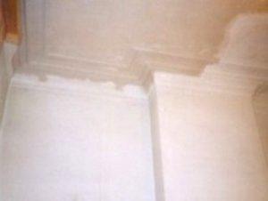 Oud plafond met mouluren hersteld na vernieling door zwam.