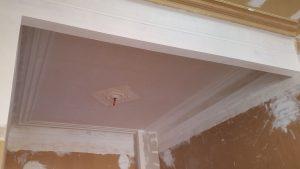 Volledig gerestaureerd oud plafond met nieuwe mouiuren en een nieuw gemaakte rosace.
